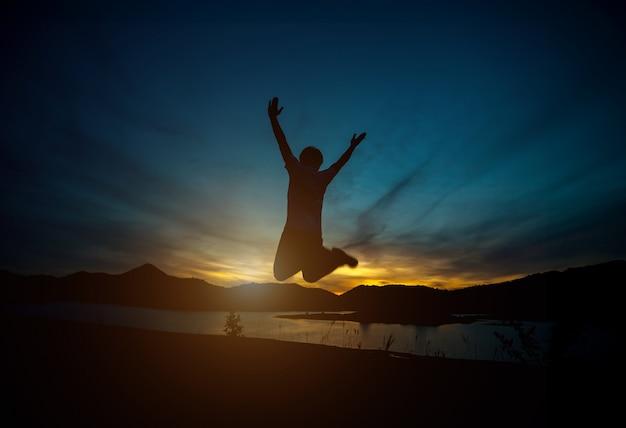 Silhouette di uomo felice. luce naturale, luce dorata della sera, ultima luce.