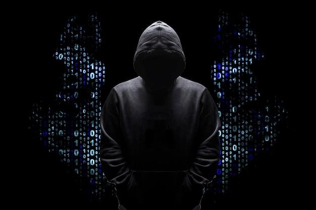 Sagoma di un uomo in una cappa con ali da un codice binario, concetto angelico buon hacker