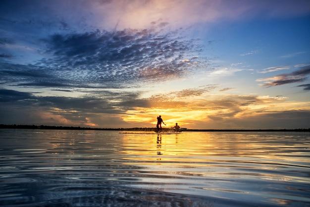 Silhouette di uomini che pescano in wanonniwat, sakon nakhon, thailandia