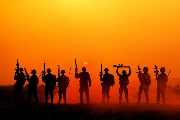 La sagoma di un soldato militare con il sole come corpo dei marines per operazioni militari