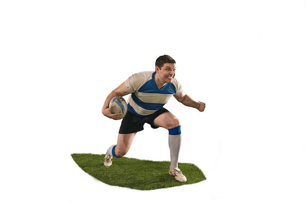La silhouette di un giocatore caucasico di rugby uomo isolato su sfondo bianco. colpo dello studio dell'uomo in forma in movimento o movimento con la palla. concetto di gioco e azione. incredibile sforzo di tutte le forze