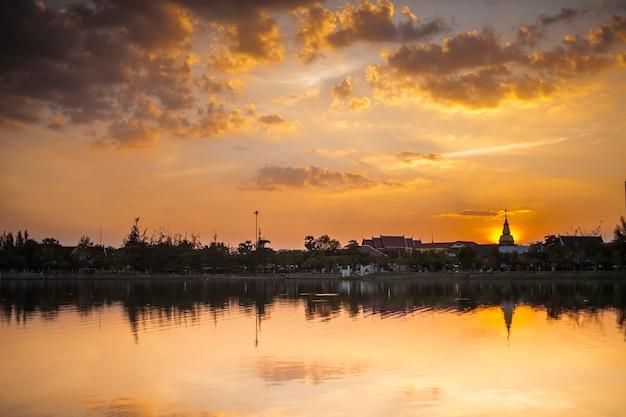 Sagoma della pagoda sul fondo del cielo al tramonto