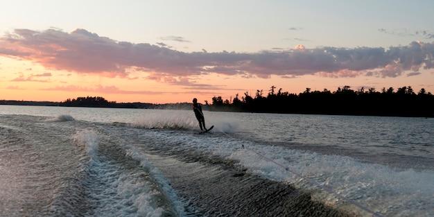 Silhouette di una persona sci d'acqua in un lago, lago of the woods, ontario, canada