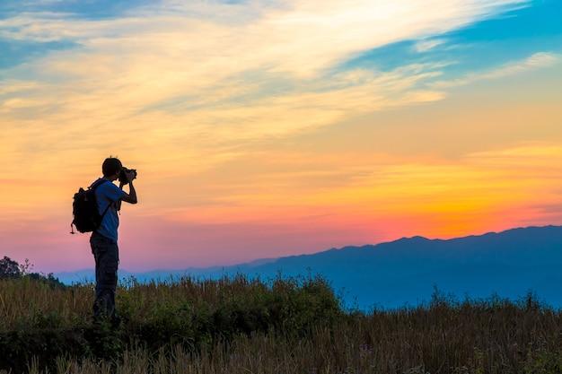 Silhouette di un fotografo durante il tramonto