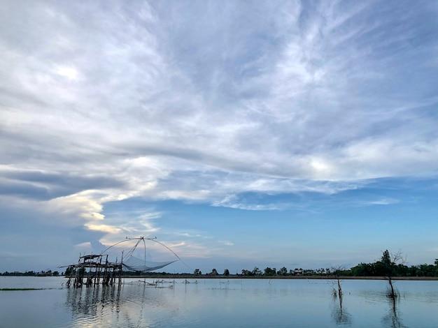 La sagoma della trappola per la pesca dei gamberetti in thailandia, stile di vita tradizionale tailandese dei pescatori la sera, attrezzi da pesca locali della thailandia, il nome normale è yor.