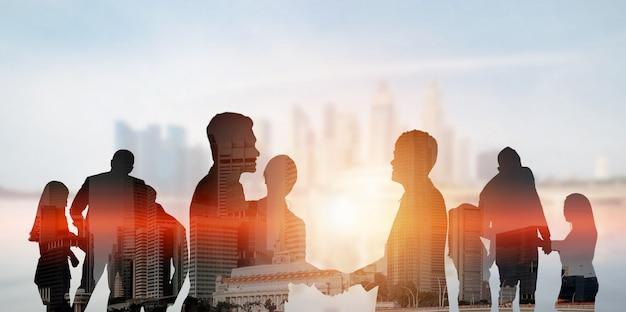 Vista silhouette del team di uomini d'affari nella riunione di gruppo