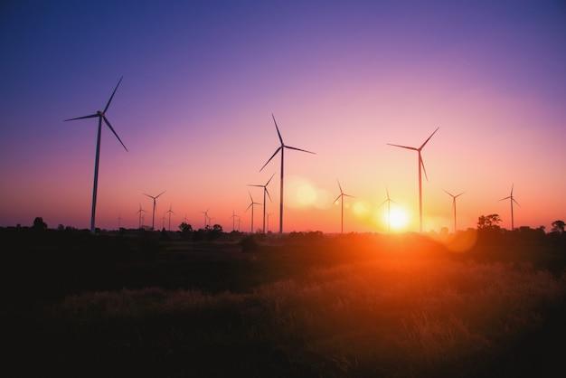 Silhouette della turbina eolica all'alba in huay bong wind farm, dan khun thot, thailandia. - immagine