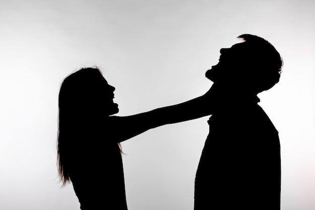 Sagoma di una donna che asfissia un uomo.