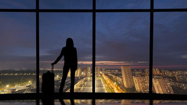 Sagome di persone su uno sfondo panoramico
