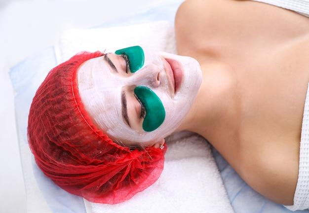 Maschera viso cosmetica in silicone. maschera nutriente e ringiovanente sotto gli occhi. cura della pelle del viso.