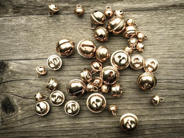 Bracciale in argento su fondo in legno