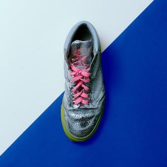 Stile discoteca argento. scarpe da ginnastica alla moda. design minimale