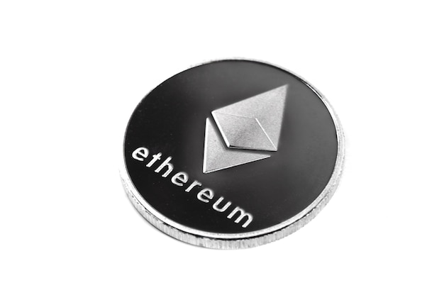 Ethereum d'argento isolato su priorità bassa bianca. percorso di ritaglio, valuta digitale, mercato della catena di blocchi.