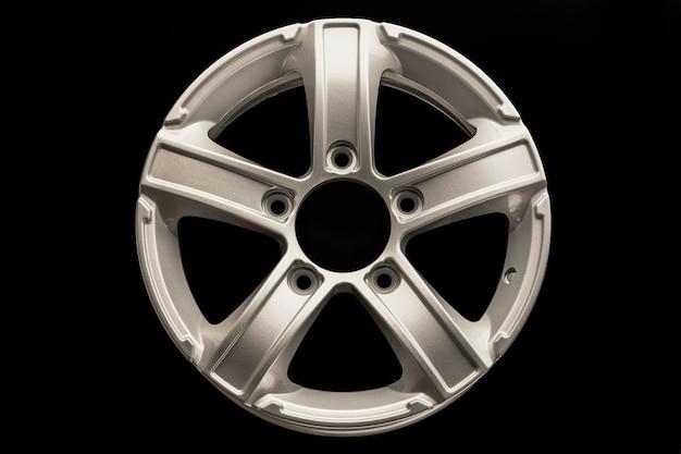 Cerchio in lega argento a cinque razze per crossover o suv su sfondo nero.