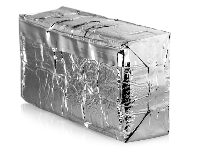 Sacchetto per alimenti in lamina d'argento isolato su sfondo bianco