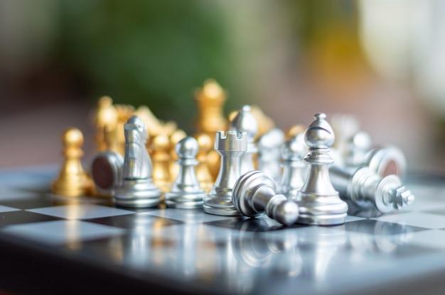 Scacchi d'argento e d'oro sul gioco da tavolo di scacchi