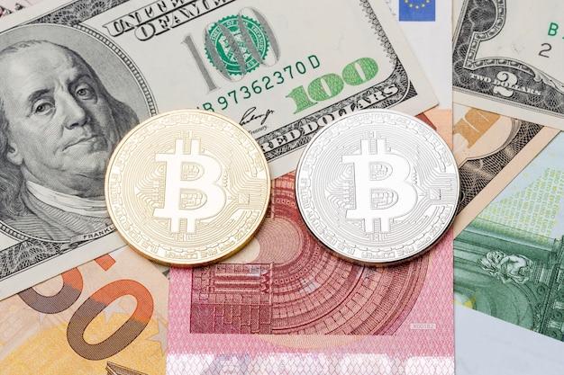 Bitcoin d'argento e d'oro su euro e sfondo del dollaro. foto ad alta risoluzione.