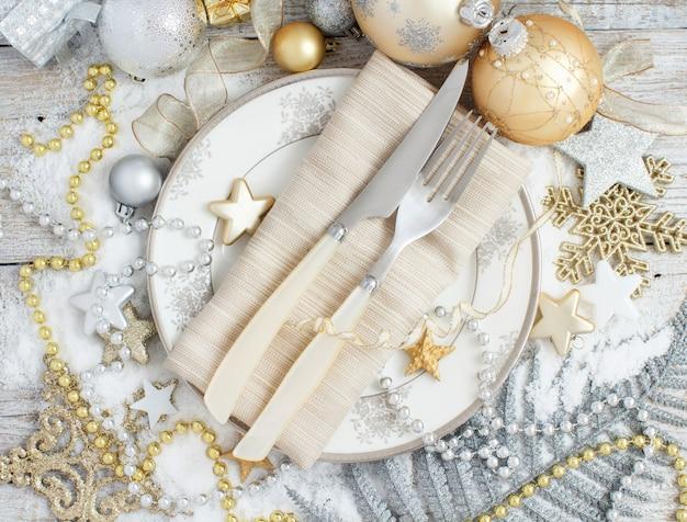 Tavola di natale in argento e oro con decorazioni natalizie