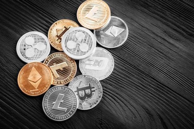 Monete d'argento e d'oro con bitcoin