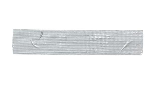 Pezzo di nastro adesivo di riparazione grigio argento isolato su sfondo bianco.