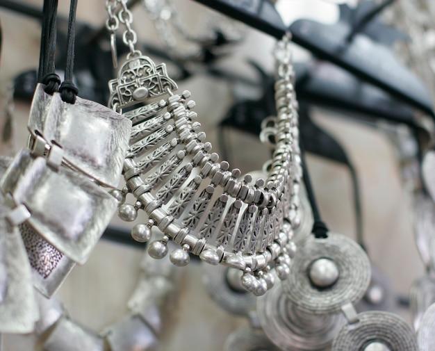 Gioielli in argento nel negozio, primi piani