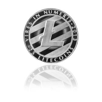 Litecoin d'argento con riflessione isolata su sfondo bianco, moneta di valuta cripto sul tavolo di vetro