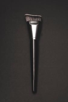 Pennello contorno trucco argento con sfondo nero