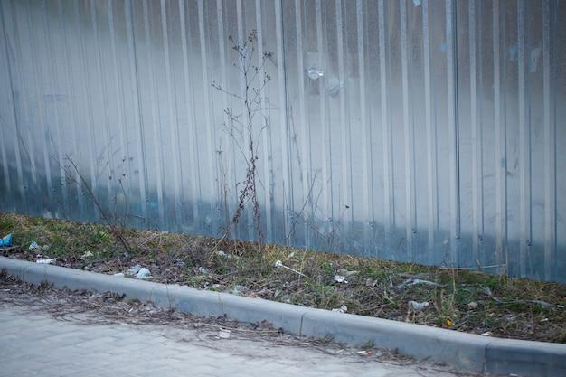 Recinzione in metallo argentato, bordo in cemento