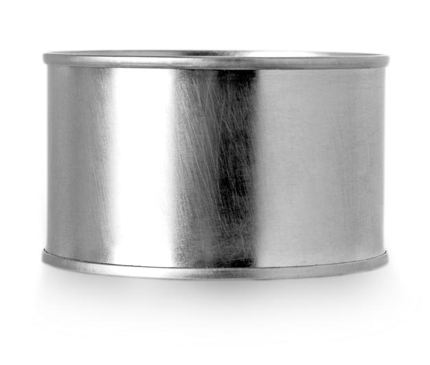 Barattolo di latta d'argento del metallo isolato su fondo bianco.