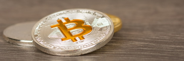 Moneta metallica d'argento del bitcoin sulla tavola di legno