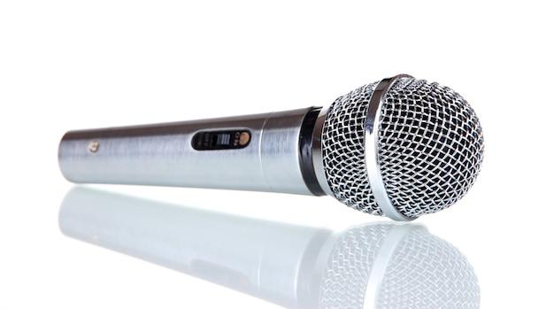 Microfono d'argento isolato su bianco