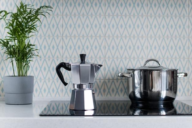 Caffettiera moka argento sul fornello della cucina. macchina da caffè geyser. copia spazio.