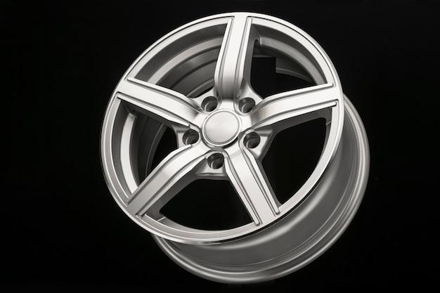 Argento nuovo cerchio in lega per auto, vista laterale primo piano, lucidato.