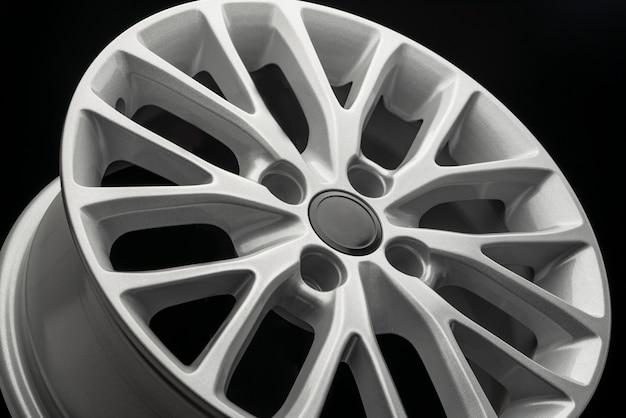 Argento nuovo cerchio in lega per auto, primo piano vista laterale.
