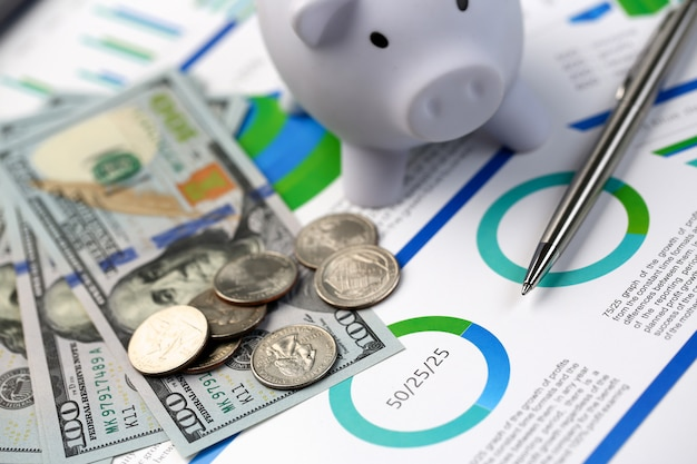 Penna d'argento che si trova sui diagrammi del dollaro dei contanti dello scrittorio