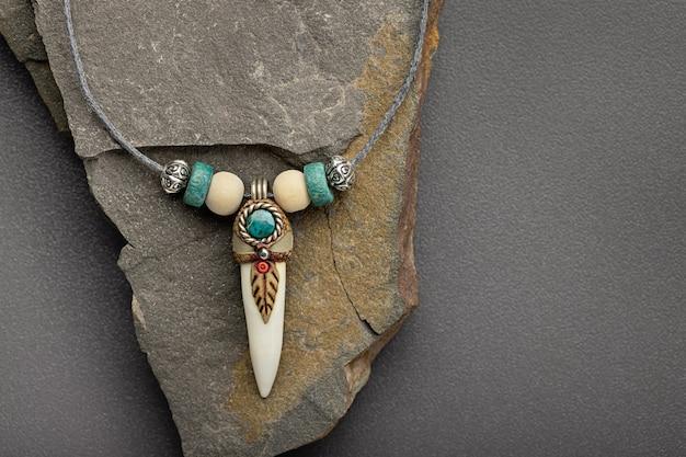 Amuleto pendente in argento con zanna di coccodrillo