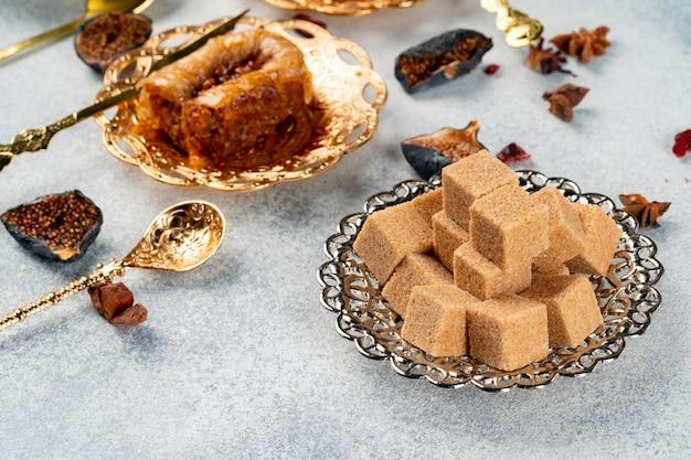 Piatto d'argento con zollette di zucchero su tavola