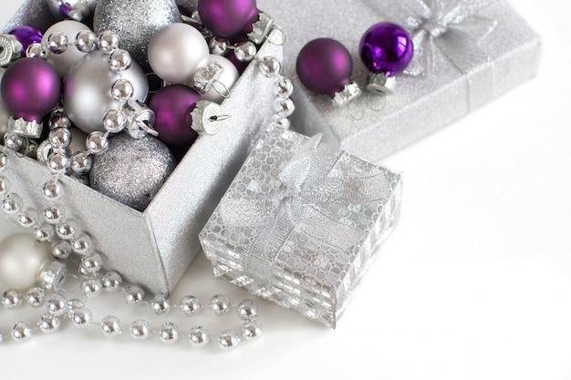 Argento e viola ornamenti di natale confine vicino isolato su bianco