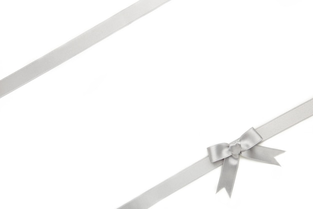 Nastro d'argento e fiocco isolato su superficie bianca