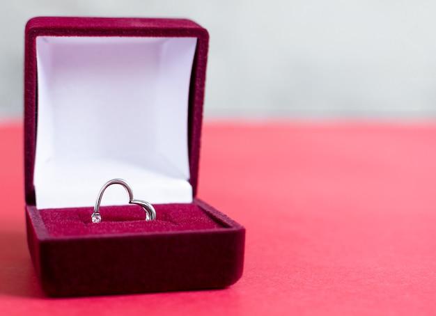 Anello in argento cuore in scatola rossa. proposta di matrimonio