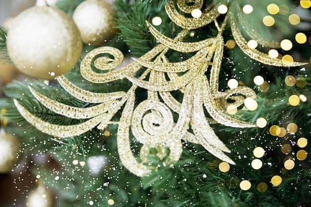 Bellissimo ramo e palline giocattolo scintillanti d'argento sull'albero di natale. concetto di festa.