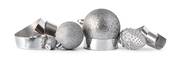 Palline di natale scintillanti d'argento isolate su sfondo bianco