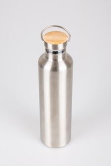 Parte superiore di legno d'argento del thermos dell'acciaio inossidabile su bianco Foto Premium