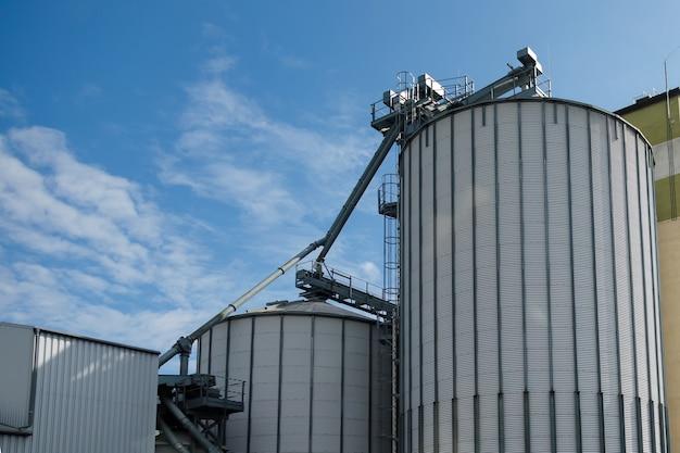 Serbatoi in argento per lavorazione asciugatura pulitura e stoccaggio prodotti agricoli farina cereali e granaglie