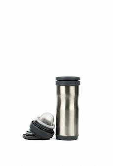 Bottiglia d'argento del termos con il cappuccio aperto isolato su fondo bianco con lo spazio della copia