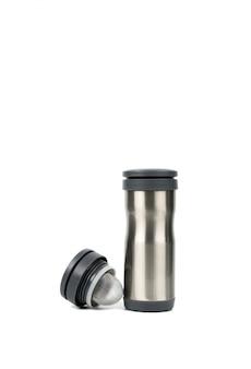 Bottiglia d'argento del termos con il cappuccio aperto su fondo bianco con lo spazio della copia