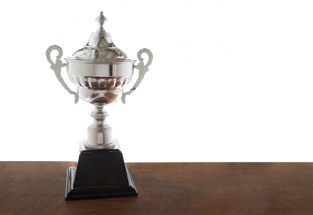 Trofeo d'argento sul tavolo di legno