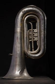 Tuba d'argento isolato su sfondo nero
