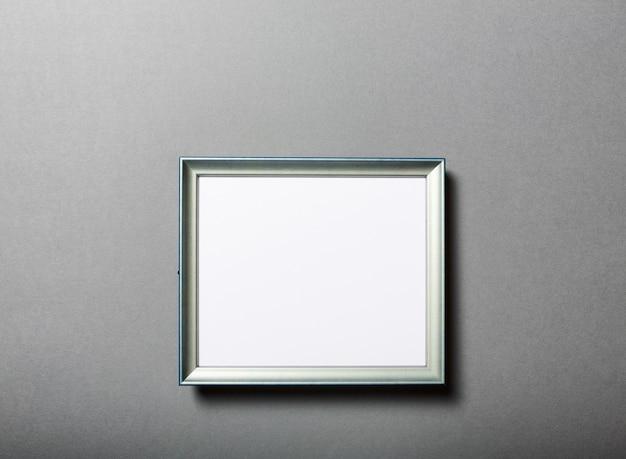 Cornice in legno argento su sfondo di carta grigia. galleria d'arte