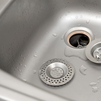 Lavello da cucina argenteo con filtro protettivo smontato durante il processo di riparazione